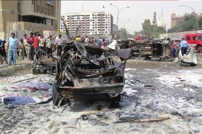 伊朗驻伊拉克大使馆附近,人们聚集在遭到爆炸袭击的地点。新华社/路透