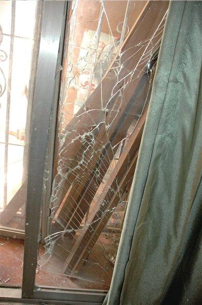 中国使馆房间玻璃碎裂。新华社发