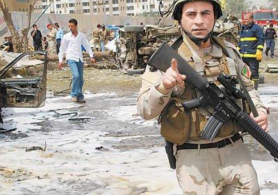 4月4日,在伊拉克首都巴格达市中心的伊朗驻伊拉克大使馆附近,伊拉克安全部队士兵在遭到爆炸袭击的地点周围警戒。新华社/法新