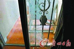 中国使馆贴有防爆膜的玻璃被震碎。新华社发