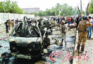 一些市民和伊安全部队人员聚集在爆炸现场周围。新华社/路透
