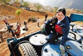 女司机自费为受旱村庄送水一个月(图)