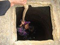 组图:灾区孩子下深井打水