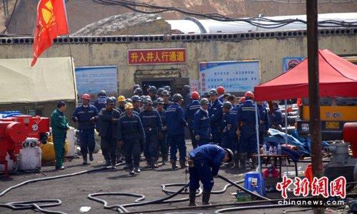 王家岭矿难撤离井下部分救援人员 对救援现场消毒