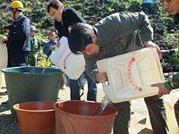 组图:民兵突击队为群众送水