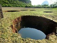 """高清图:广西贺州一水塘现众多地陷""""天坑"""""""