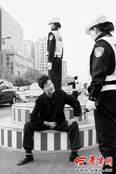 女交警反复劝醉酒者离开,他就是不走