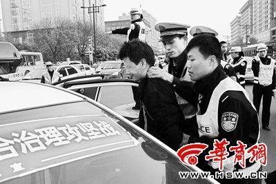 在反复劝告无果的情况下,几名男交警强行带走醉酒男子 本组照片由本报记者 赵雄韬摄