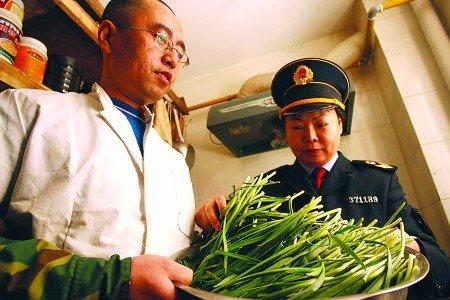 工商人员检查餐馆的韭菜(图片来源:齐鲁晚报)