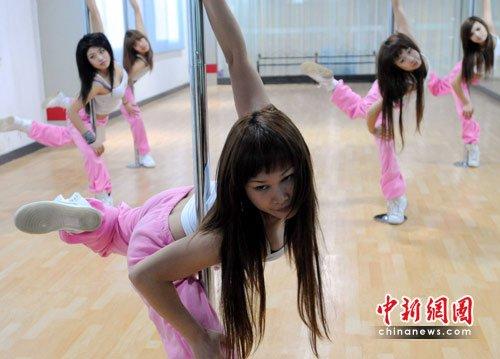 图文:瑜伽钢管舞成为都市年轻女性新宠