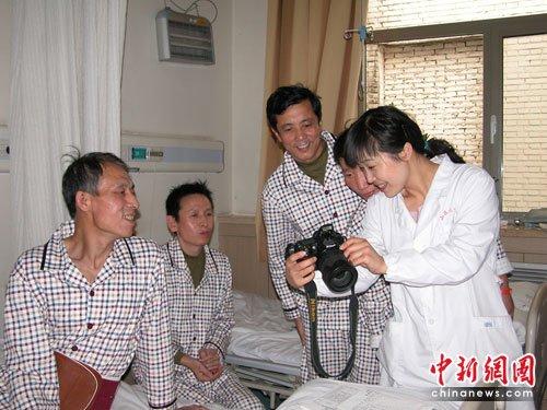 组图:王家岭获救工人在康复中 与医护人员合影