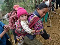 组图:广西百色抗旱志愿者和村民一起行动起来