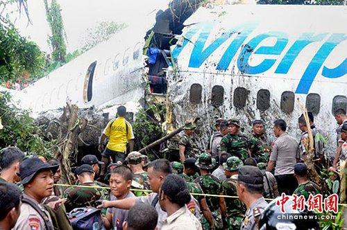 印尼客机冲出跑道坠河断两截 造成至少78伤