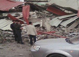 组图:玉树地震部分学校小学生被埋 人数不详