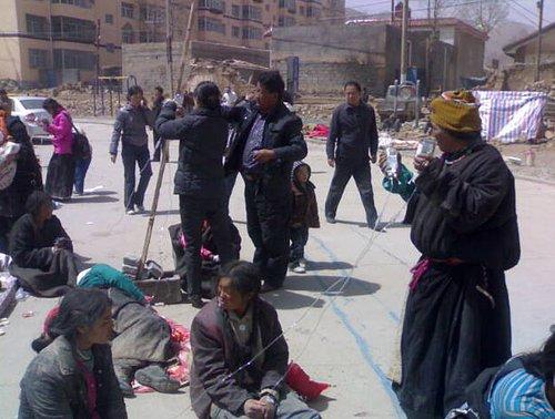 图文:青海玉树结古镇人们坐在空地上