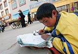 震前玉树:蹲在马路边写作业的孩子