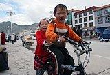 震前玉树:街上骑车玩耍的孩子
