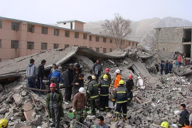 消防官兵在废墟中抢救伤亡人员