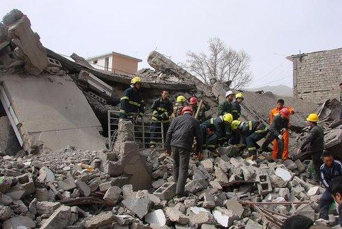图文:消防部队180余人携特种装备驰援玉树
