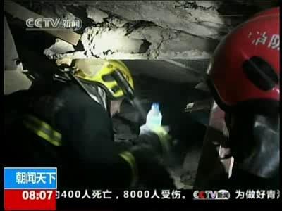 """视频:小女孩获救 对救援者说""""打搅你们了"""""""