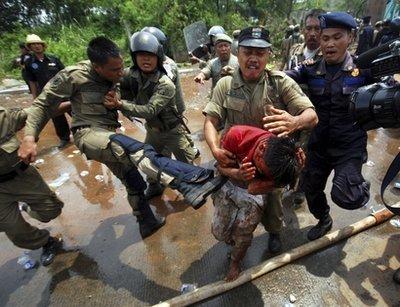 印尼示威民众与军警爆发冲突 造成2死130伤