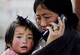 与亲人通话时潸然泪下