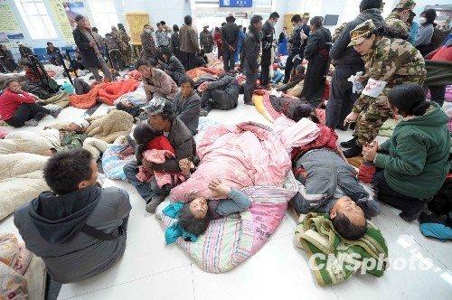 重伤员拥挤玉树机场 救援人力物力不足急需担架