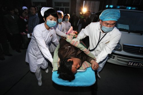 伤员从省中医院绿色通道被紧急送往病房。