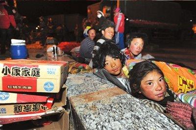 孩子们在玉树县结古镇中心广场席地而睡