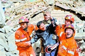 小伙获救掌声迎接 15日7时,中国国际救援队在结古镇西北牛宾馆救出4人,有3人是自行爬出走下废墟。(中新)
