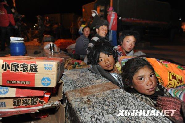 4月15日夜,灾区群众在玉树县结古镇中心广场休息。新华社记者李紫恒摄