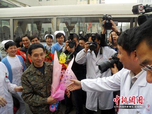 53名王家岭获救矿工出院 与医护人员落泪惜别