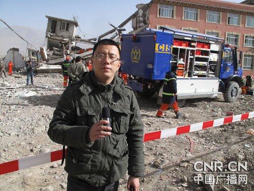 玉树救援:尊重遇难者 官兵放弃机械挖掘用手捧出遗体
