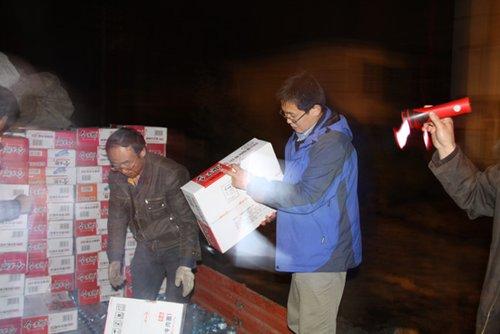 腾讯网友捐赠的首批物资运抵青海灾区(组图)