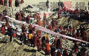 近千名遇难者火葬 丈夫安慰妻子称孩子会幸福