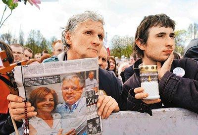 波兰数十万民众泪洒华沙 军方力保国葬安全