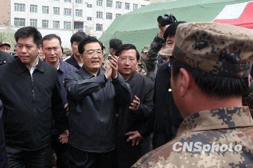 快讯:胡锦涛来到玉树军分区抗震救灾总指挥部