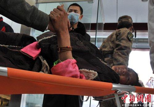 机场等待转运的受伤藏族民众