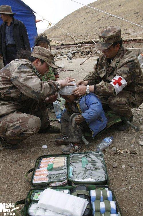 总后青藏兵站部抗震医疗队走村入户救治伤员