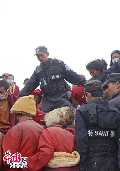发现生命迹象,甘孜特警与当地群众全力配合国家救援队营救被困人员。