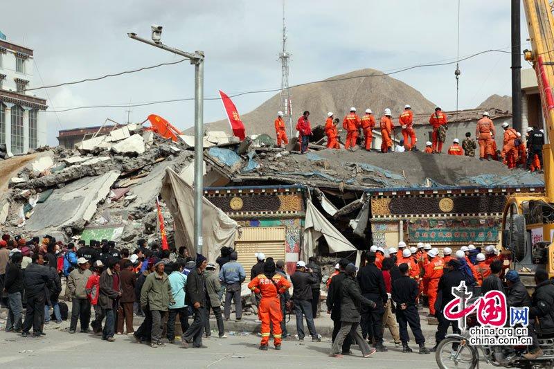 4月16日,震后的青海玉树结古镇一角。成卫东摄影