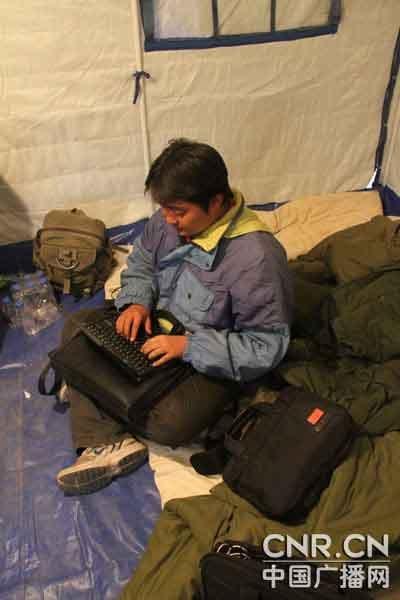 探访深夜在帐篷里坚持工作的记者