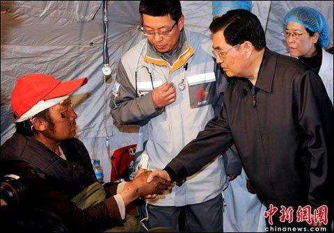 胡锦涛抵达玉树 称要和人民一起抗震救灾