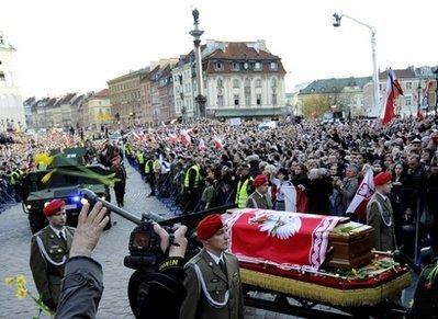 波兰总统葬礼今日举行 灵柩离开华沙运往克拉科夫