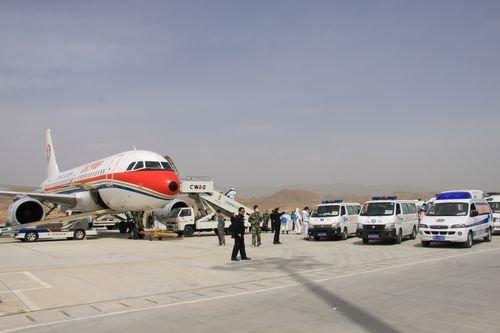 又一架救援专机运送伤员抵达西宁机场