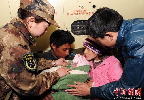 广空运输航空兵紧急转送灾区早产儿救治