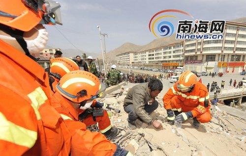 组图:青海玉树各路搜救队员紧张工作