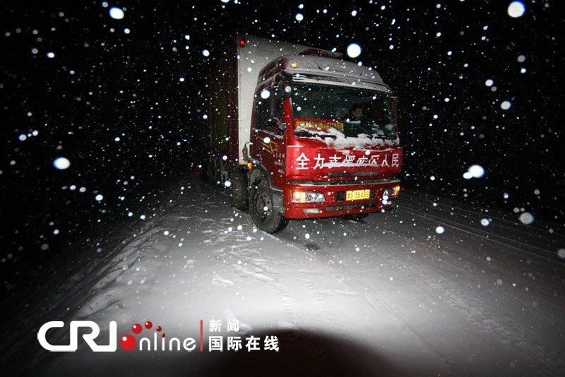 2010年4月19日,一辆因雪被困的运送救援物资车辆。