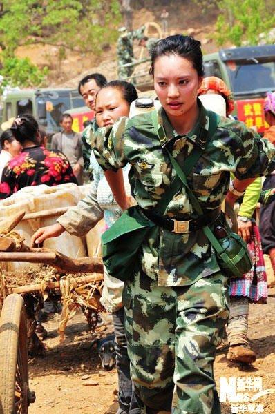 组图:实拍抗旱大军中最美丽的女兵身影