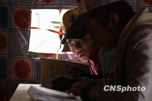 图文:玉树灾区帐篷教室内上课的孩子